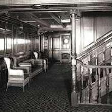 Sur le Titanic, le fumoir de 1e classe était réservé aux hommes. Un endroit où des personnalités influentes discutaient affaires et jouaient aux cartes. Quelques détails seulement différencient  le fumoir de l'Olympic, ici en photo, et celui du Titanic