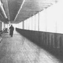 Le pont du Titanic était protégé par des vitres, contrairement à celui-ci, sur son jumeau, le paquebot Olympic. La flèche à droite sur l'image indique l'entrée du grand escalier.