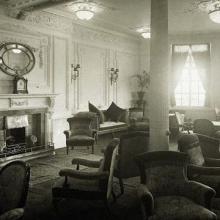 Dans ce salon de lecture et de correspondance, les voyageurs pouvaient se détendre près de la cheminée. Cette pièce confortable était située sur le pont A du Titanic.