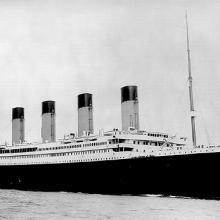 Le paquebot de luxe Titanic, sur cette photo datée 1912, alors qu'elle quittait Queenstown pour New York, sur son voyage infortuné dernière.  Ses passagers inclus quelques-unes des personnes les plus riches dans le monde, tels que les millionnaires John Jacob Astor IV, Benjamin Guggenheim et Isidor Strauss, ainsi que plus d'un millier émigrants en provenance d'Irlande, en Scandinavie et ailleurs cherchent une nouvelle vie en Amérique.  La catastrophe a été accueillie avec un choc dans le monde entier et son indignation devant l'énorme perte de la vie et les défaillances réglementaires et opérationnelles qui ont conduit à lui.  L'enquête sur le naufrage du Titanic a commencé quelques jours après le naufrage et a conduit à des améliorations majeures en matière de sécurité maritime.  (United Press International)