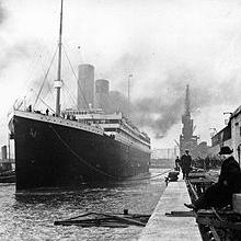 Le paquebot britannique Titanic part de Southampton, en Angleterre pour son voyage inaugural, Avril 10, 1912.  Titanic appelé à Cherbourg, en France et à Queenstown, en Irlande avant de se diriger vers l'ouest, vers New York.  Quatre jours après le début de la traversée, elle a frappé un iceberg à 23h40, 375 miles au sud de Terre-Neuve.  Juste avant 02h20 Titanic s'est brisé et a coulé par l'avant-première plus d'un millier de personnes encore à bord.  Ceux dans l'eau est décédé quelques minutes d'hypothermie causée par l'immersion dans l'océan de congélation. (Frank O. Braynard Collection)