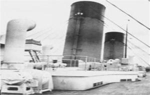 A-larrière-plan-la-4ème-cheminéedu-titanic-245x300